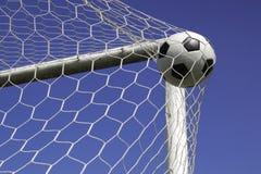 Balón de fútbol en la meta neta. Imagenes de archivo