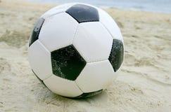 Balón de fútbol en la playa Imagen de archivo
