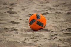 Balón de fútbol en la playa, parque de Greynolds, la Florida del sur Foto de archivo libre de regalías