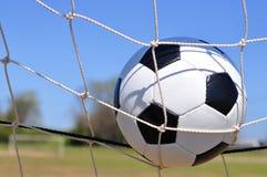 Balón de fútbol en meta imágenes de archivo libres de regalías