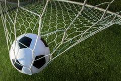 Balón de fútbol en meta Fotografía de archivo libre de regalías