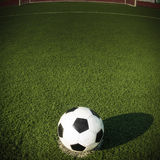 Balón de fútbol en meta Fotos de archivo libres de regalías