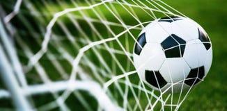 Balón de fútbol en meta imagen de archivo libre de regalías