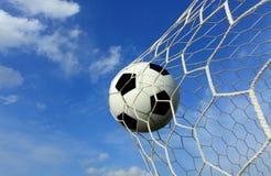 Balón de fútbol en red.   imagenes de archivo