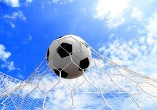 Balón de fútbol en red fotografía de archivo libre de regalías