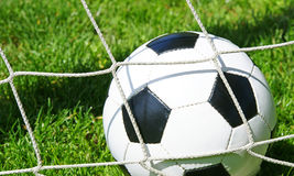 Balón de fútbol en red de la meta foto de archivo libre de regalías