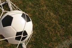 Balón de fútbol en red de la meta Fotos de archivo