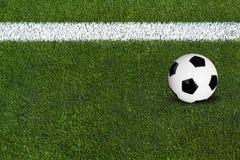 Balón de fútbol hacia fuera Fotografía de archivo