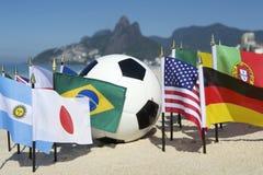 Balón de fútbol internacional de banderas de país del fútbol Rio de Janeiro Brazil Imagen de archivo libre de regalías