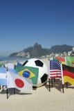 Balón de fútbol internacional de banderas de país del fútbol Rio de Janeiro Brazil Imagen de archivo