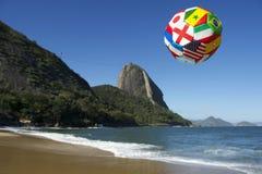 Balón de fútbol internacional del fútbol Rio de Janeiro Brazil Fotos de archivo