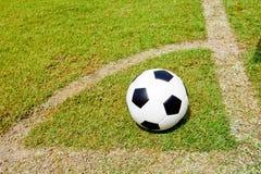 Balón de fútbol listo para tirar en la meta Foto de archivo