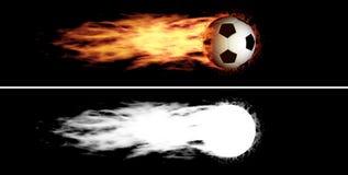 Balón de fútbol llameante que vuela fotografía de archivo