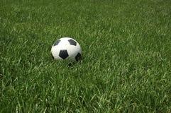 Balón de fútbol que aguarda un juego Foto de archivo libre de regalías