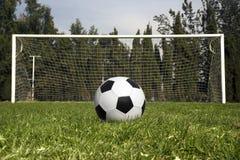Balón de fútbol que espera para ser golpeado con el pie imagen de archivo libre de regalías