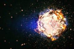 Balón de fútbol que quema en llamas Foto de archivo