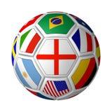 Balón de fútbol señalado por medio de una bandera Imagen de archivo