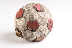 Balón de fútbol viejo raído Imagenes de archivo
