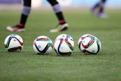 Balón de fútbol y pies de jugadores Fotos de archivo libres de regalías