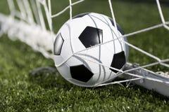 Balón de fútbol y red de la meta Fotografía de archivo libre de regalías