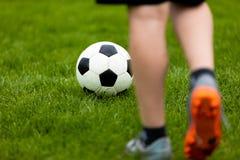 Balón del fútbol o de fútbol en el saque de centro de un juego Tiro libre del fútbol en una echada de la hierba Imagen de archivo