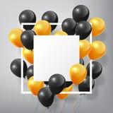 Balões alaranjados pretos lustrosos realísticos de voo com placa e quadro brancos quadrados, conceito de Dia das Bruxas no fundo  Foto de Stock