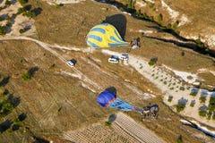 Balões aterrados que estão sendo embalados afastado Fotos de Stock Royalty Free