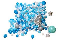 Balões azuis e brancos isolados no fundo branco imagens de stock