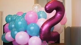 Balões azuis e cor-de-rosa coloridos tecidos junto filme
