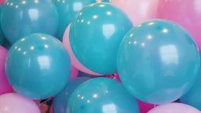 Balões azuis e cor-de-rosa coloridos tecidos junto vídeos de arquivo