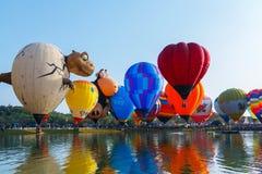 Balões, balões no céu, festival do balão, festa internacional 2017 do balão de Singhapark, Chiang Rai, Tailândia Foto de Stock