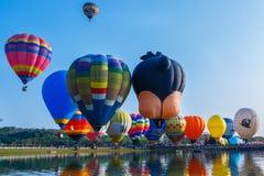 Balões, balões no céu, festival do balão, festa internacional 2017 do balão de Singhapark, Chiang Rai, Tailândia Imagens de Stock