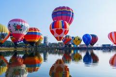 Balões, balões no céu, festival do balão, festa internacional 2017 do balão de Singhapark, Chiang Rai, Tailândia Fotografia de Stock