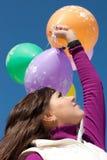 Balões bonitos da terra arrendada da menina Imagens de Stock