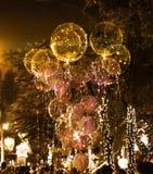 Balões bonitos grandes do gel, luzes pintadas e ampolas na noite Imagem de Stock