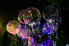 Balões bonitos grandes do gel, luzes pintadas e ampolas na noite fotos de stock royalty free