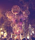 Balões bonitos grandes do gel, luzes pintadas e ampolas na noite Fotografia de Stock Royalty Free