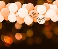 Balões brancos e alaranjados para o fundo do Dia das Bruxas Imagens de Stock