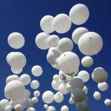 Balões brancos no céu Fotografia de Stock