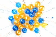 Balões coloridos com as flâmulas douradas e azuis isoladas no wh Fotografia de Stock Royalty Free