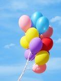 Balões coloridos de encontro ao céu fotografia de stock