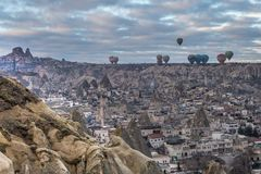 Balões coloridos de voo sobre a cidade de Goreme, Cappadocia da caverna, Turquia n Imagens de Stock Royalty Free