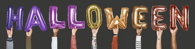 Balões coloridos do alfabeto que formam a palavra o Dia das Bruxas foto de stock