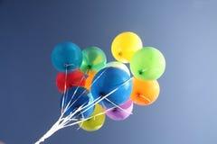 Balões coloridos em um céu azul desobstruído Fotos de Stock Royalty Free
