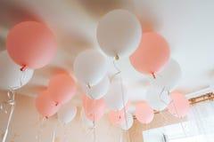 Balões coloridos na sala preparada para a festa de anos fotos de stock royalty free