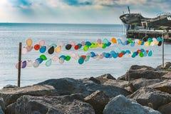 Balões coloridos no beira-mar fotografia de stock