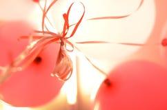 Balões cor-de-rosa e brancos com hélio Fotografia de Stock Royalty Free