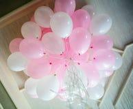 Balões cor-de-rosa e brancos que flutuam na sala Fotos de Stock Royalty Free