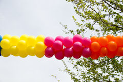 Balões da cor no ar entre árvores Foto de Stock