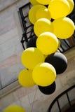 Balões da cor no ar entre árvores Fotos de Stock Royalty Free